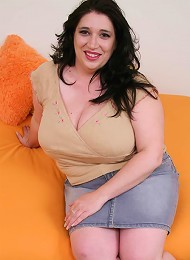 BBW babe spreads her pussy for a fuck