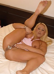 Blonde mature chubby lets her fuckmate taste her wet slit