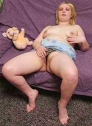 Blonde cushion for pushin tries an XXXL dildo